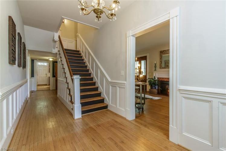 409 hillcrest hallway.jpg